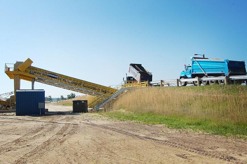 Descarga de caminhão através de descarregador de caminhão estacionário | Superior Industries
