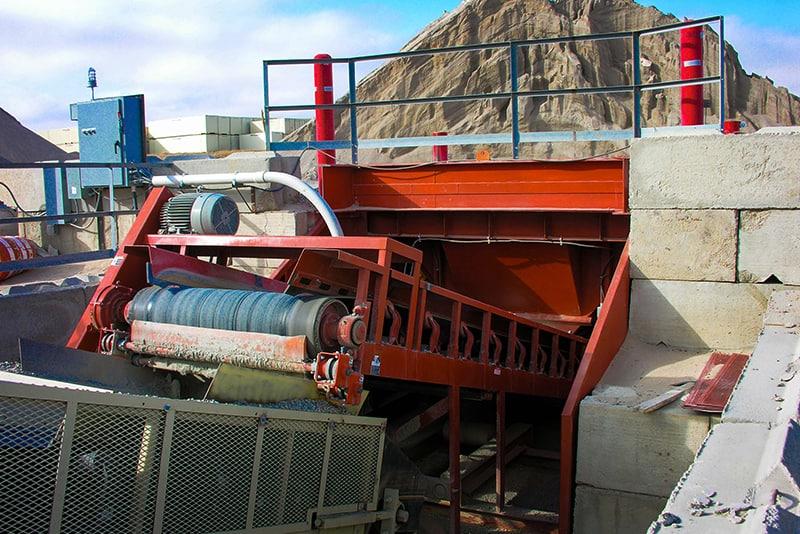 Material processado por descarregador de caminhão fixo