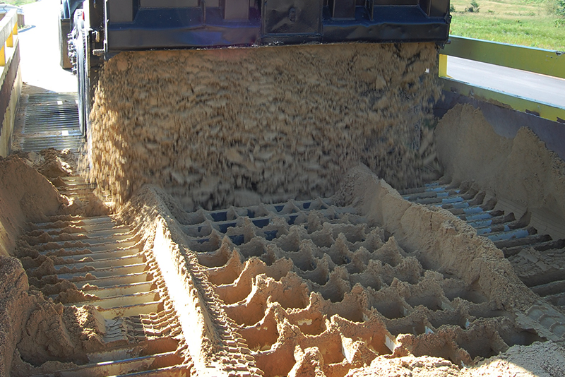 Carga de material em caminhão a partir do carregador de caminhão estacionário